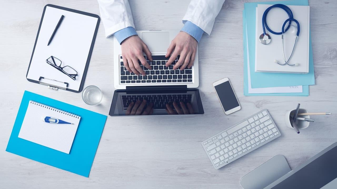 רופא כותב מצב