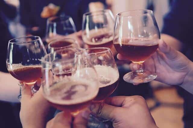 שותים אלכוהול